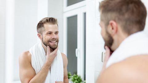 Morgen Hygiene, Mann im Badezimmer in Spiegel. - Foto: iStock/AND-ONE