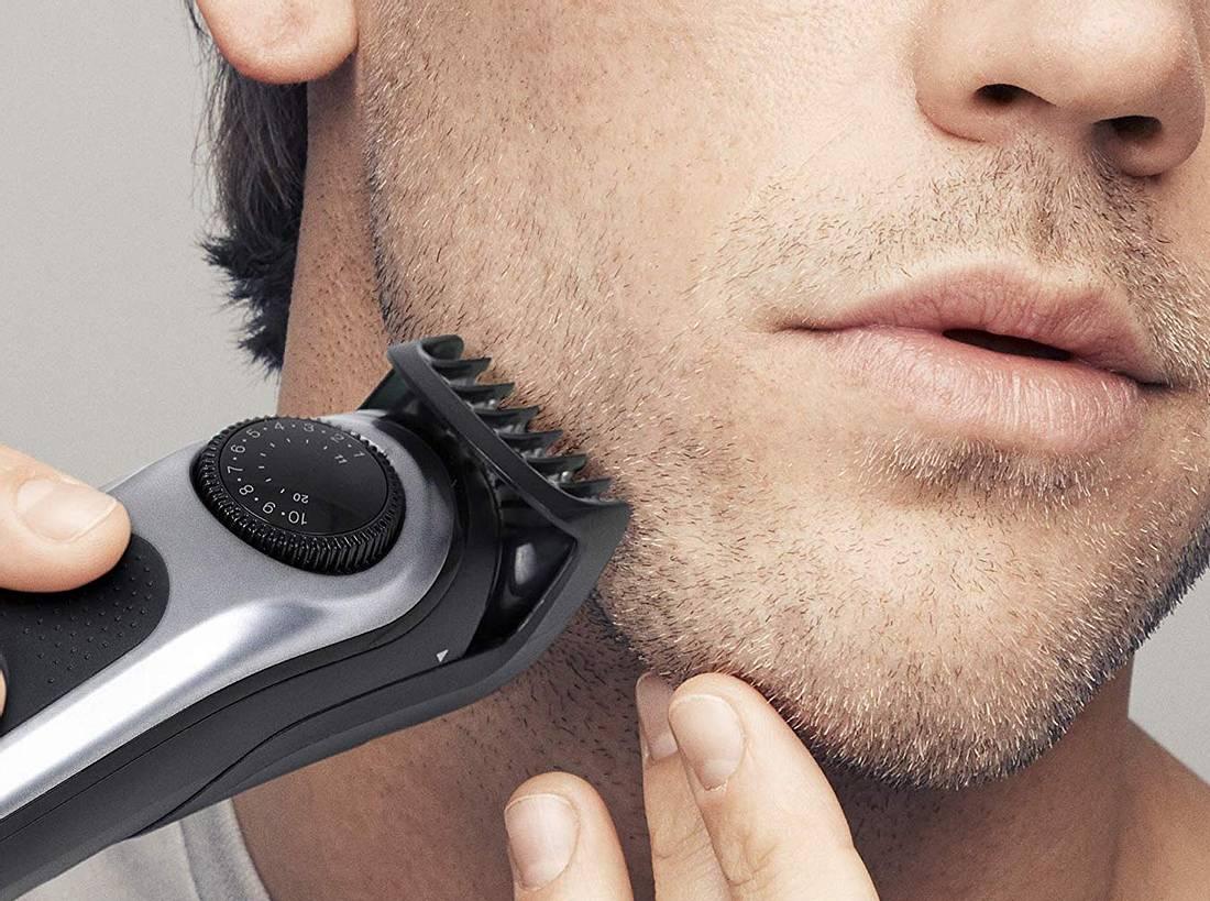 Mann trimmt Bart mit Barttrimmer