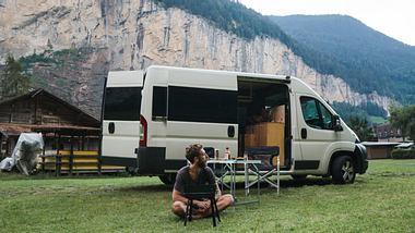 Wohnwagen auf einem Campingplatz. - Foto: iStock/Oleh_Slobodeniuk