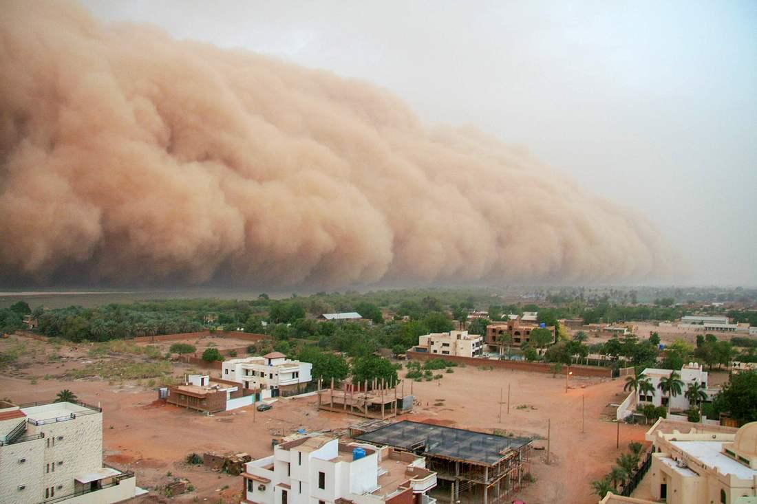 Sandsturm rollt auf Stadt zu