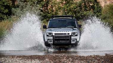 Neuer Land Rover Defender auf der Jagd & Hund