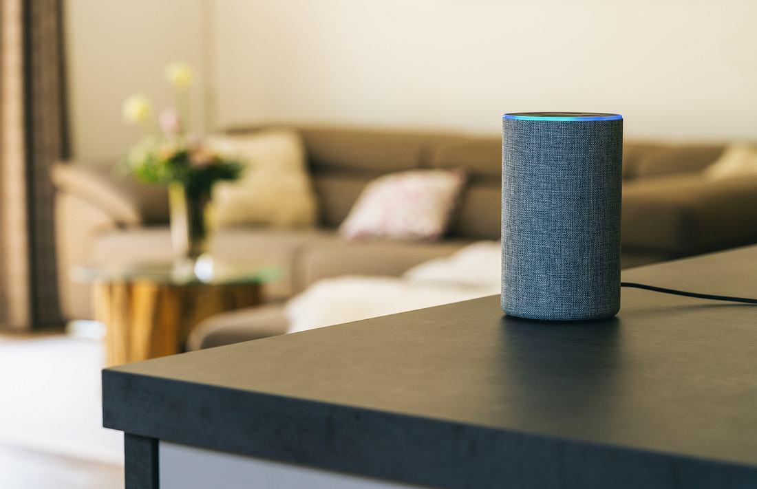 Smart Speaker steht auf einem Tisch.