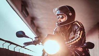 mann auf einem Motorrad in einem Tunnel. - Foto: iStock/FXQuadro