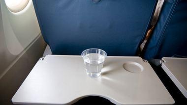 Im Flugzeug: Darum muss der Tisch bei Start und Landung hochgeklappt werden