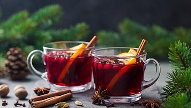 Bowle-Rezept: An Silvester hat Mann die Qual der Wahl - Foto: iStock / AnnaPustynnikova