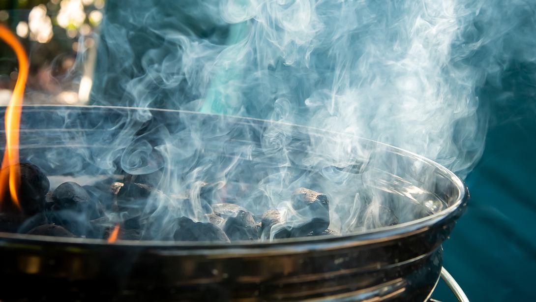 Grill mit Rauchwolke