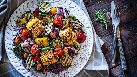 Salate zum Grillen: Die 5 besten Rezepte für Grillsalate - Foto: iStock / fcafotodigital