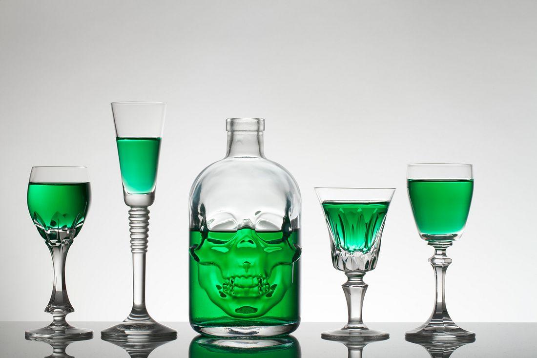 Absinth Totenkopfflasche mit Gläsern