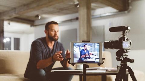 Influencer bei der Arbeit - Foto: iStock / izusek