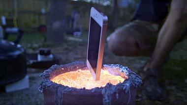 Das passiert, wenn man ein iPhone in geschmolzenes Metall wirft