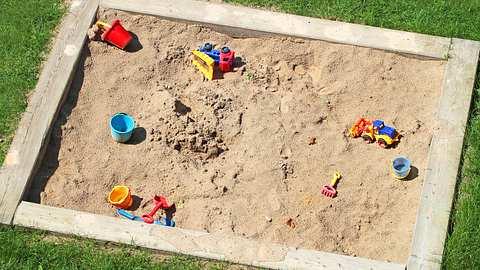 Mit einem Sandkasten aus Holz schonst du die Umwelt. - Foto: iStock