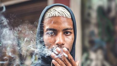 Mann raucht Zigarette - Foto: iStock/MesquitaFMS