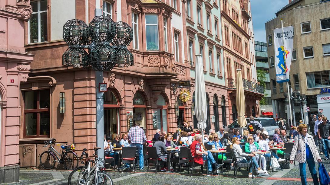 Menschen im Cafe draußen - Foto: iStock/KenWiedemann