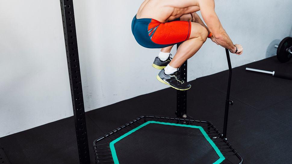 Mann springt auf einem Fitness-Trampolin - Foto: iStock
