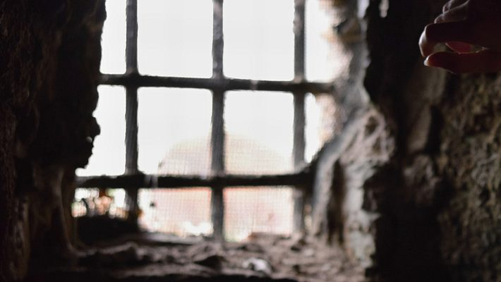 Vergittertes Fenster - Foto: iStock/Tunatura