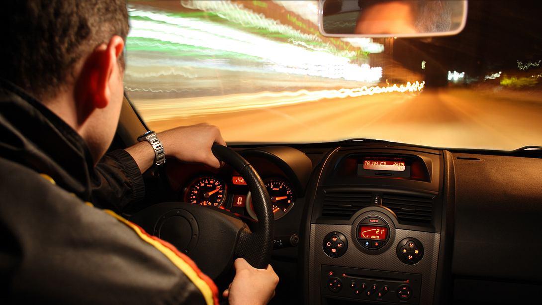Fahrer rast durch Tunnel - Foto: iStock/damircudic