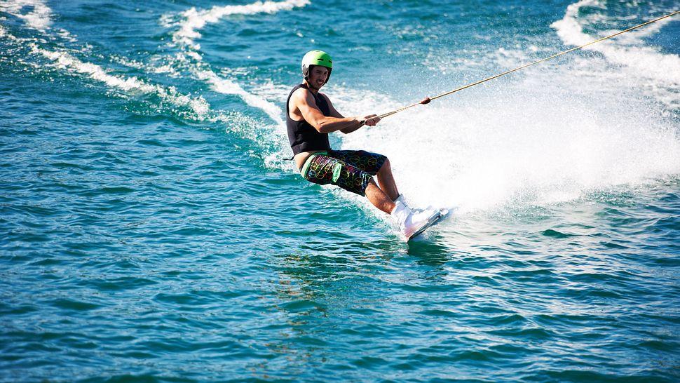 Wakeboard Helm - Wassersport - Wake Boarding - Foto: iStock/Yuri_Arcurs