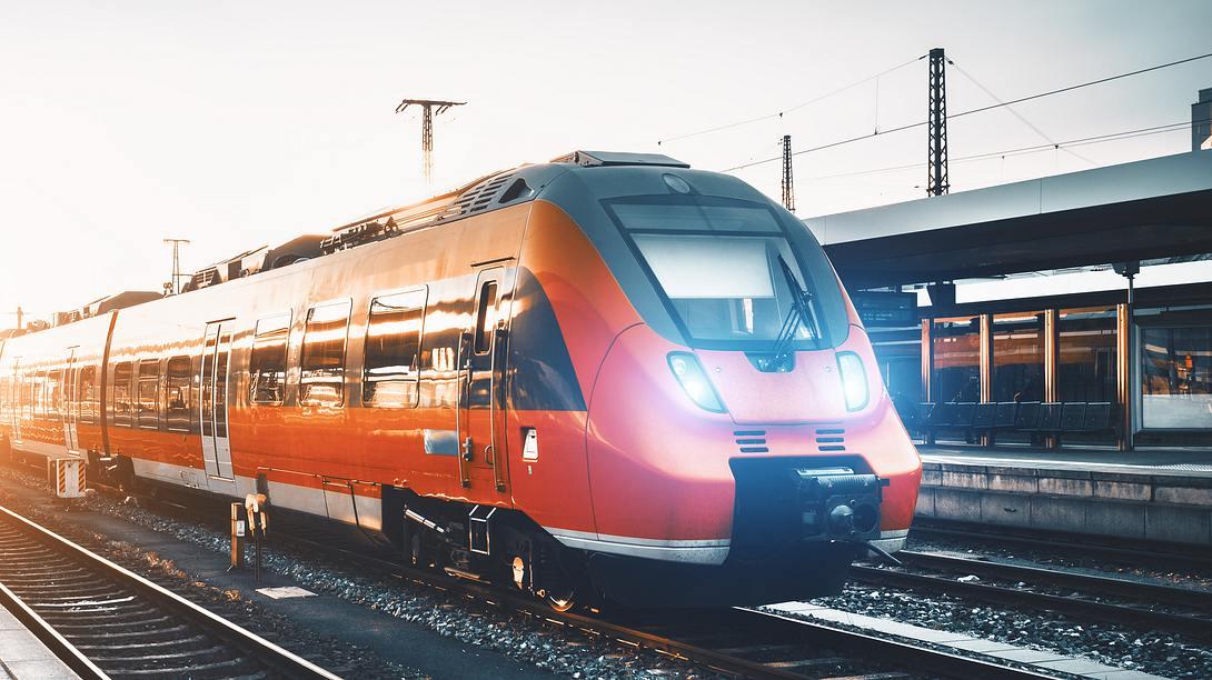 Zug im Bahnhof - Foto: iStock/den-belitsky