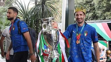 Italienische Spieler mit EM-Pokal - Foto: IMAGO / ULMER Pressebildagentur