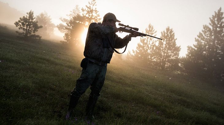 Jäger fasst Beute ins Visier