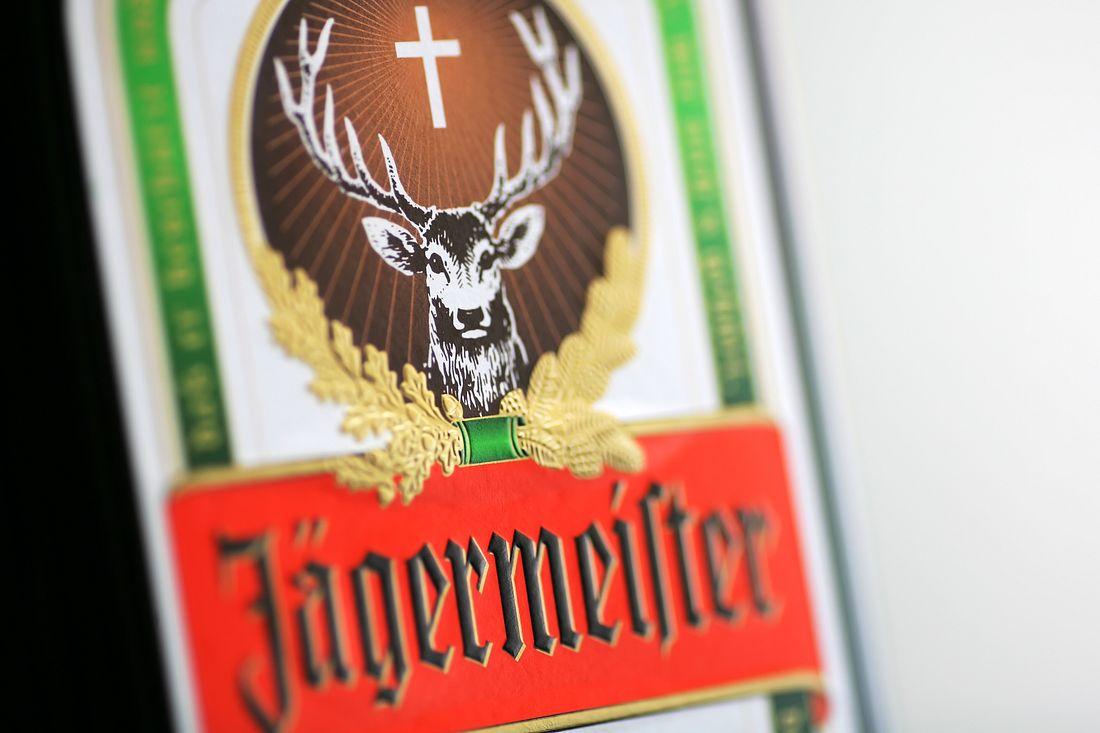 Das Jägermeister-Logo auf einer Flasche