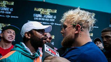 Floyd Mayweather (li.) vs. Jake Paul - Foto: Getty Images / EVA MARIE UZCATEGUI