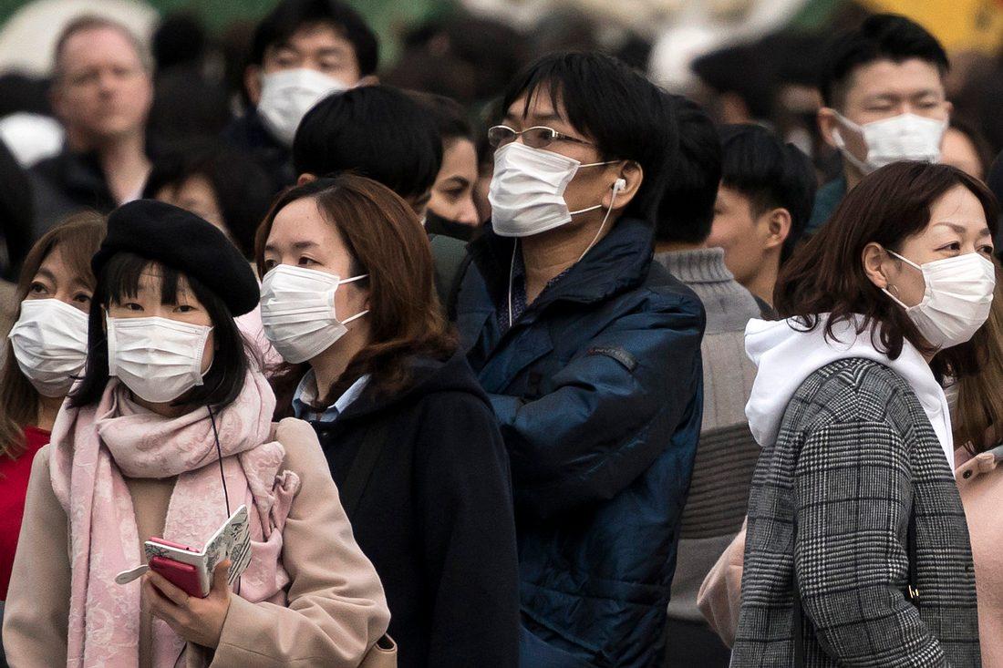 Menschen mit Mund-Nasen-Schutzmasken in Japan