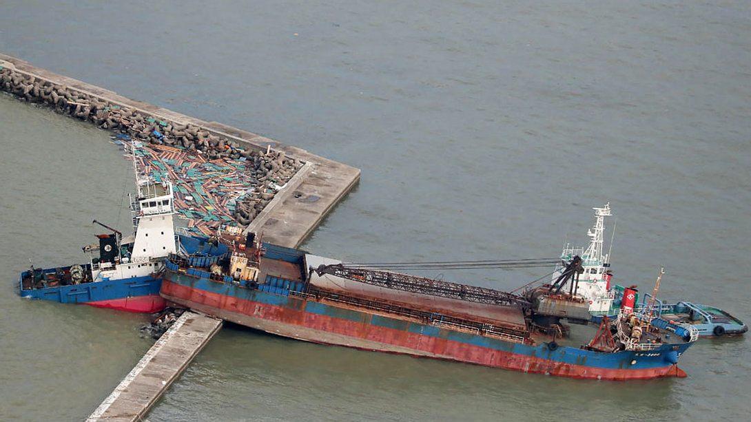 Monster-Sturm prügelt 2.600-Tonnen-Tanker gegen Brücke
