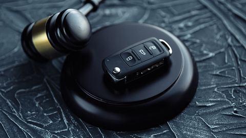 Richterhammer und Autoschlüssel - Foto: iStock / Ilya Burdun
