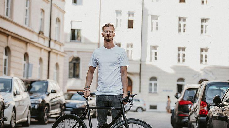 Joko Winterscheidt mit Sushi-Bike