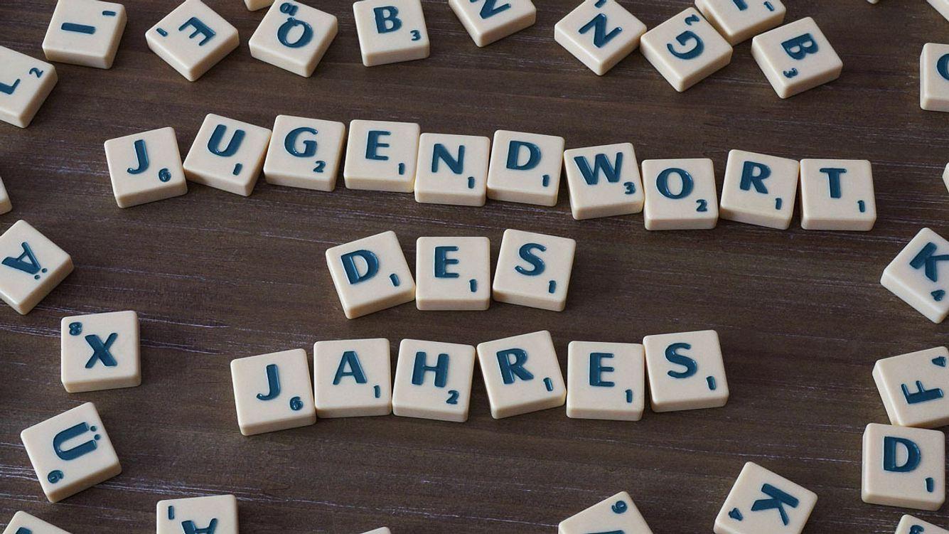Jugendwort des Jahres, gelegt mit Scrabble-Spielsteinen