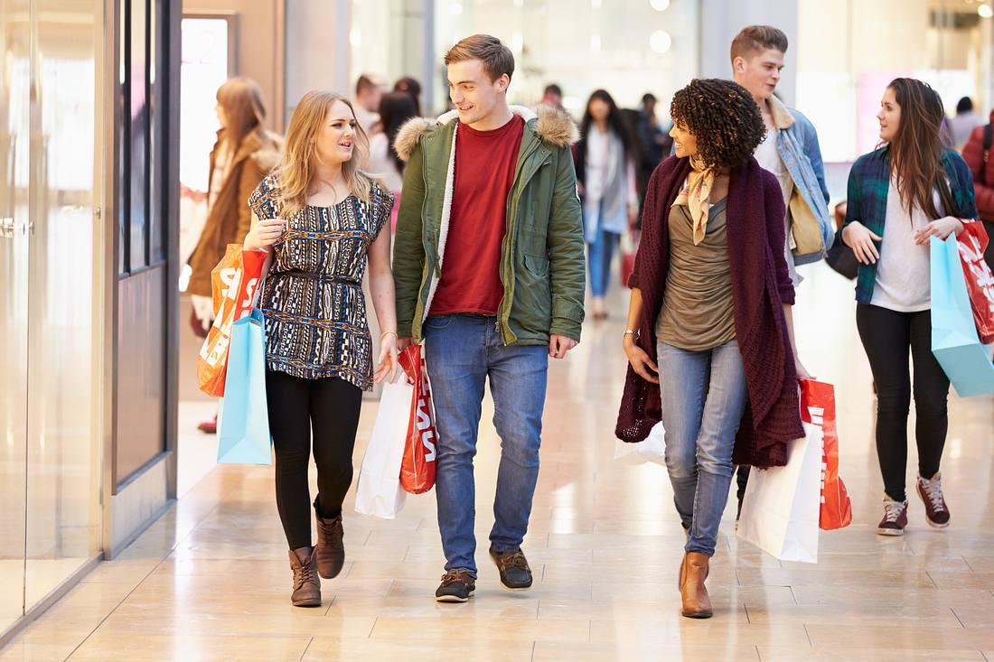 Junge Konsumenten im Kaufhaus