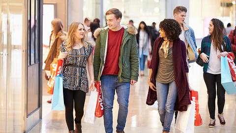 Junge Konsumenten im Kaufhaus - Foto: iStock / monkeybusinessimages