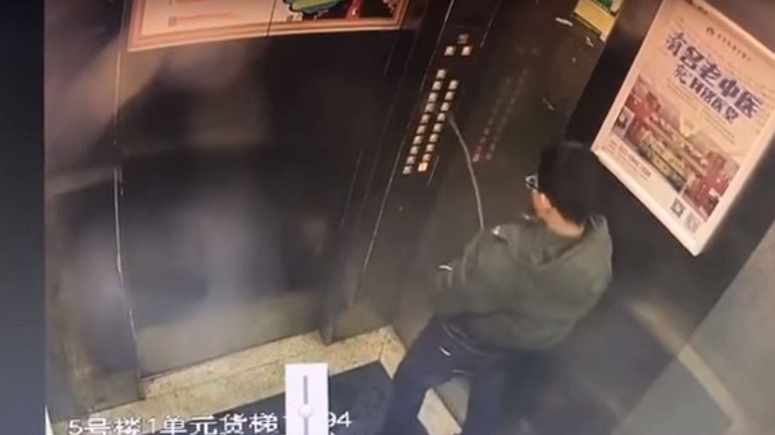 Junge bleibt in Fahrstuhl stecken, nachdem er auf Bedienfeld pinkelt - Foto: YouTube / Crazy China Videos