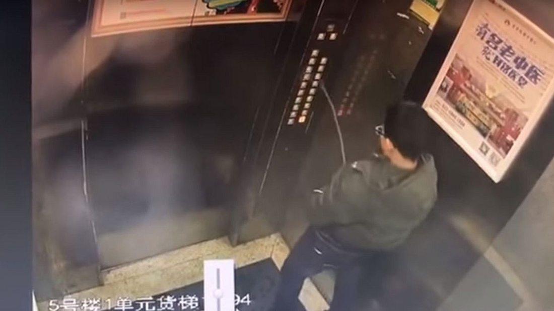 Junge bleibt in Fahrstuhl stecken, nachdem er auf Bedienfeld pinkelt