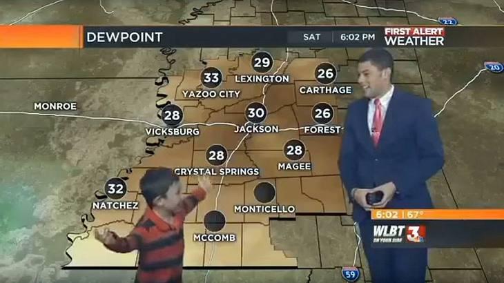 Ein Junge stürmt die Sendung von WLBT-Moderator Patrick Ellis und furzt dem Wetterfrosch vor laufender Kamera ans Knie