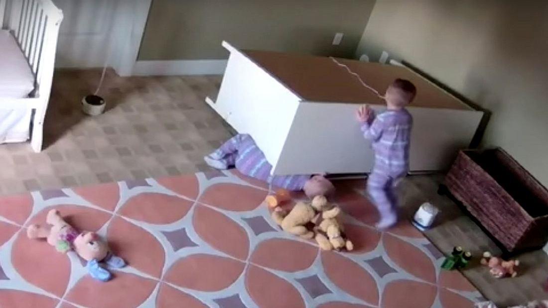 Der 2-jährige Bowdy Stoff rettet seinen eingequetschten Zwillingsbruder Brock