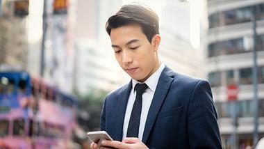 Junger Chinese mit Handy - Foto: iStock / yongyuan