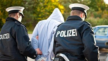 Junger Mann wird von Polizei abgeführt - Foto: iStock / MattoMatteo