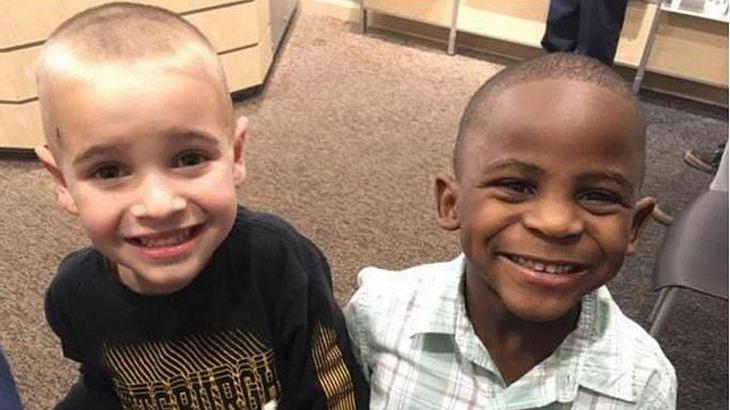 Die Freunde Jax und Reddy haben sich dieselbe Frisur schneiden lassen, um ihre Lehrer zu verwirren