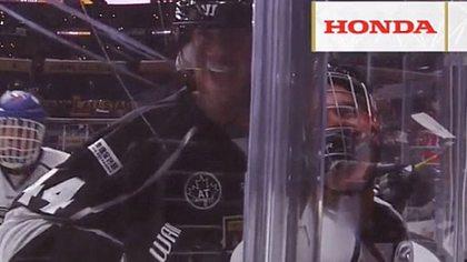 Justin Bieber musste beim Celebrity Game der NHL ordentlich einstecken - Foto: Twitter / Sportsnet