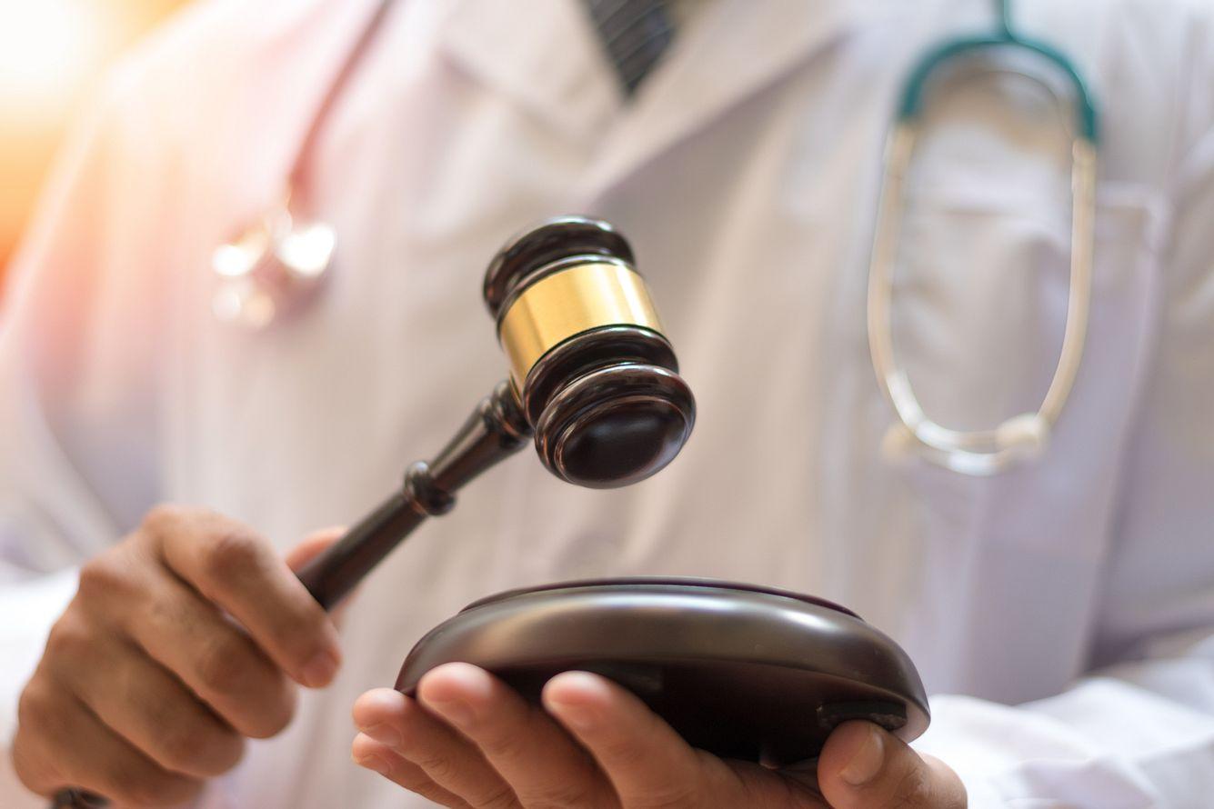 Arzt mit Richterhammer