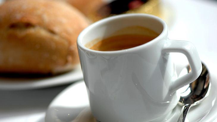 Urteil: Kaffee und Brötchen gelten nicht als Frühstück