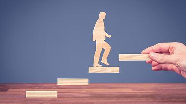 Aufstieg im Job: So pusht du deine Karriere - Foto: iStock / Jirsak