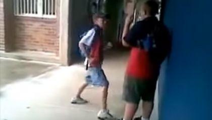 Schulschläger attackiert dickes Kind - ein Fehler!
