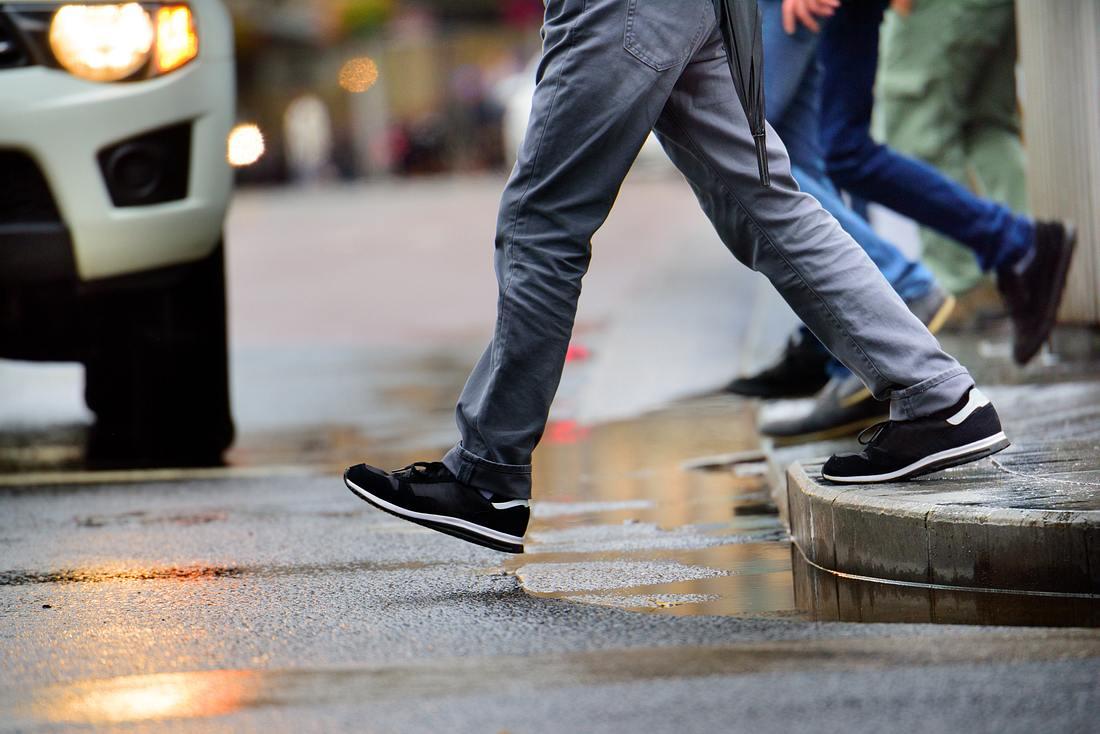 Mann geht über die Straße
