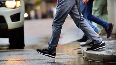 Mann geht über die Straße - Foto: iStock / olaser