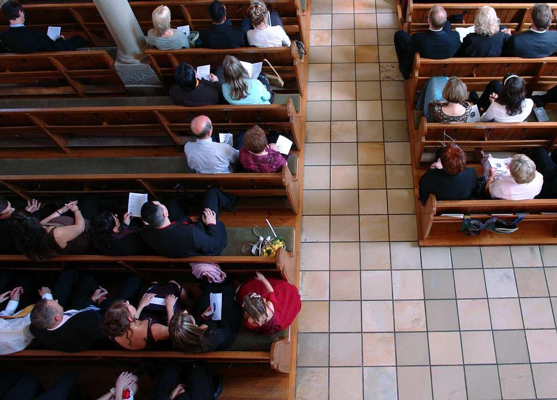 Menschen beim Gottesdienst