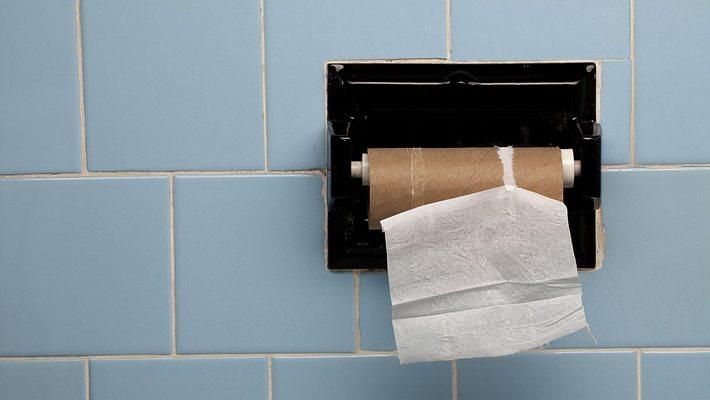 Kein Toilettenpapier mehr - Foto: iStock / gmcoop