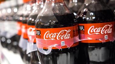 Coca-Cola-Flaschen - Foto: Getty Images/Juanmonino